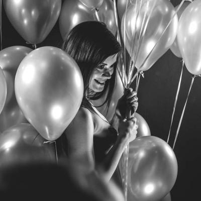 Little Caprice nackt mit Luftballons